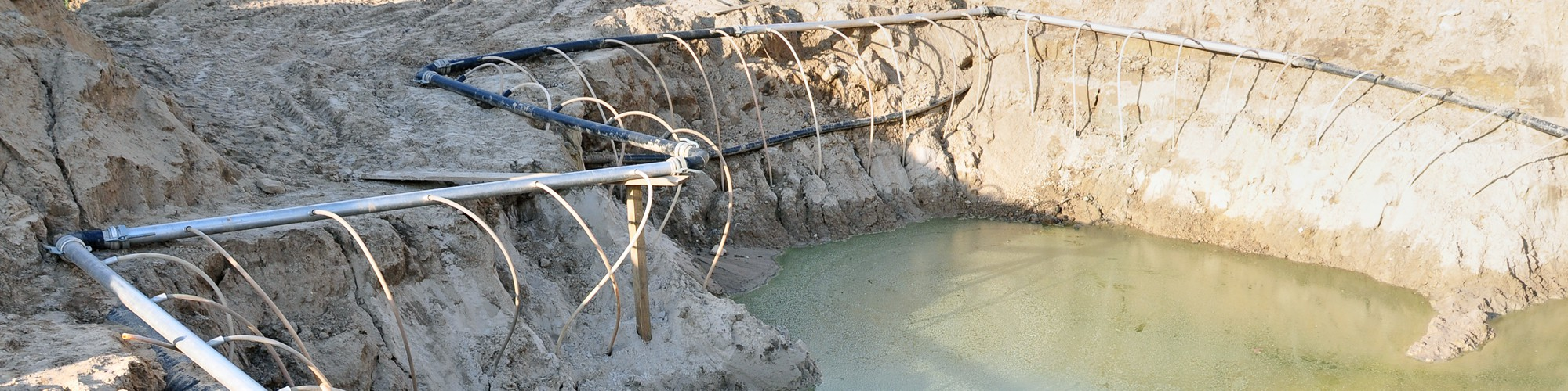 Foto Schläuche in offener Baugrube zur Wasserhaltung