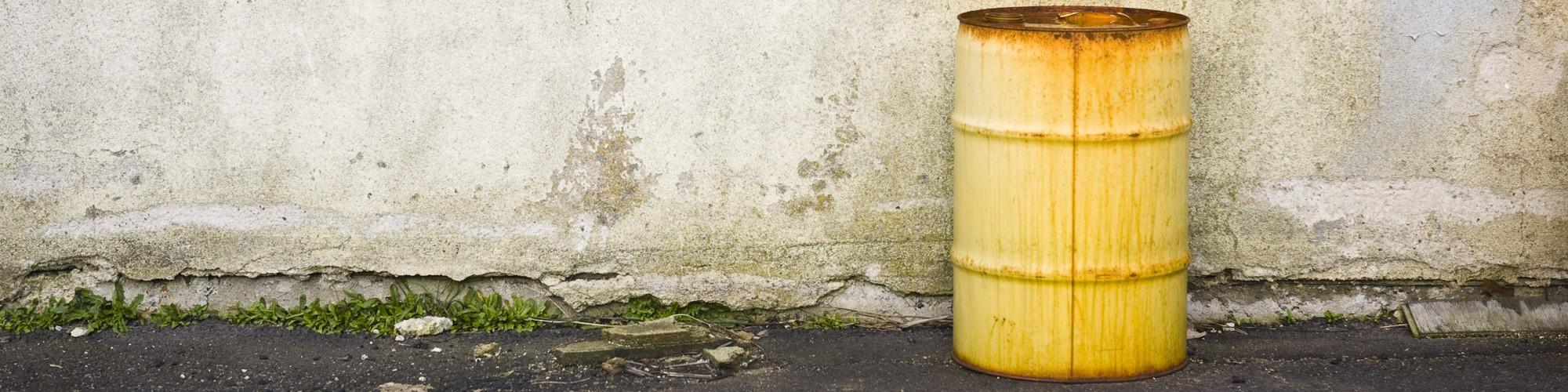 Foto: Angerostetes Fass vor einer Wand