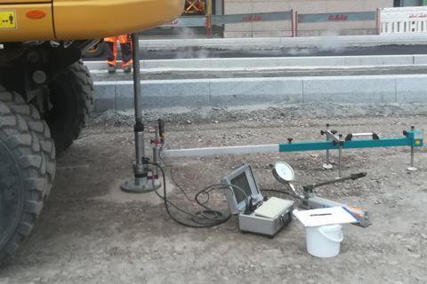 Bild: Durchführung Statischer Plattendruckversuch mit Radbagger als Gegengewicht