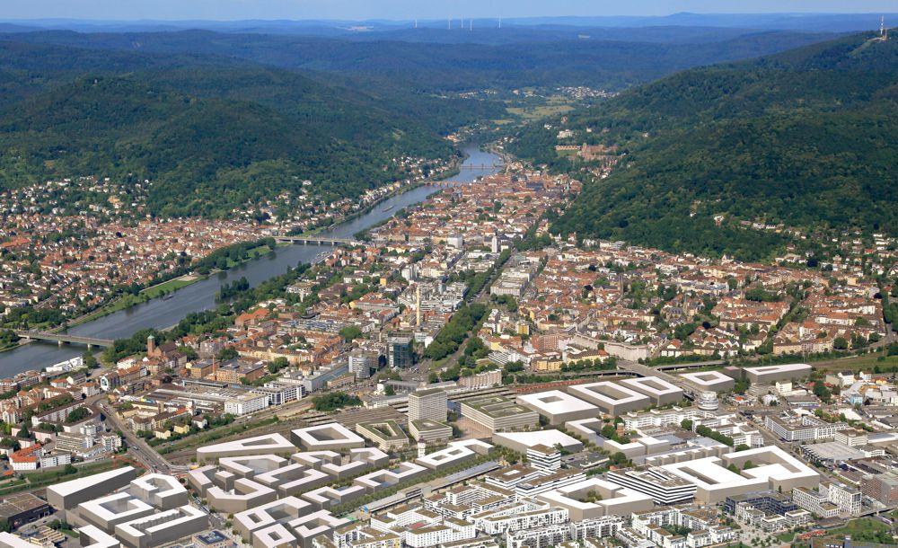 Schrägluftbild Heidelberg mit Blick auf Bahnstadt und Hauptbahnhof im Vordergrund in Richtung Altstadt